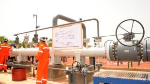 Des techniciens travaillent à proximité d'un pipeline, le 9 juin 2013, à Badila, au sud du Tchad.
