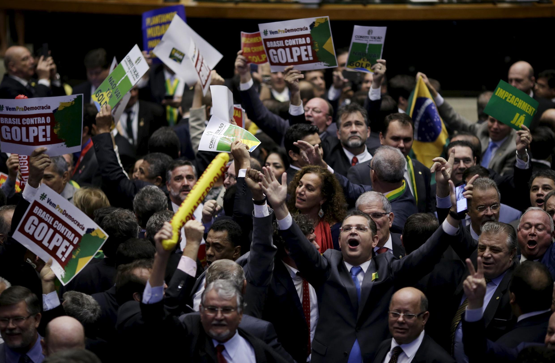 Agitation dans les rangs des députés soutenant Dilma Rousseff.