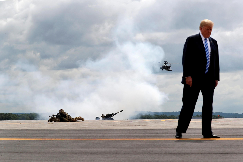 """លោក Donald Trump ក្នុងពេលធ្វើសមយុទ្ធយោធាអាមេរិក លើកទី១០ """"Mountain Division troops""""។ Fort Drum, រដ្ឋញូយ៉ក ថ្ងៃទី១៣ សីហា ២០១៨"""