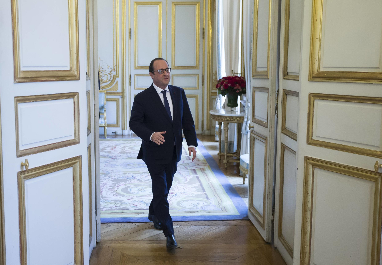 O presidente francês François Hollande na saída do Palácio do Eliseu.