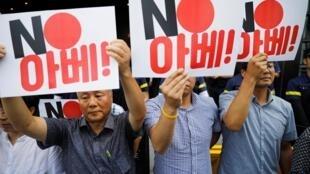 Sul-coreanos protestam em frente à embaixada do Japão em Seul após sanções japonesas contra Coreia do Sul