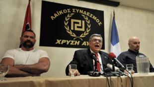La police est accusée par les organisations de gauche de protéger les membres du parti néo-nazi Aube dorée et son chef, Nikolaos Mihaloliakos (au centre).