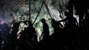 Спасатели в пещере Тхам Луанг, где оказались заблокированными 13 человек.