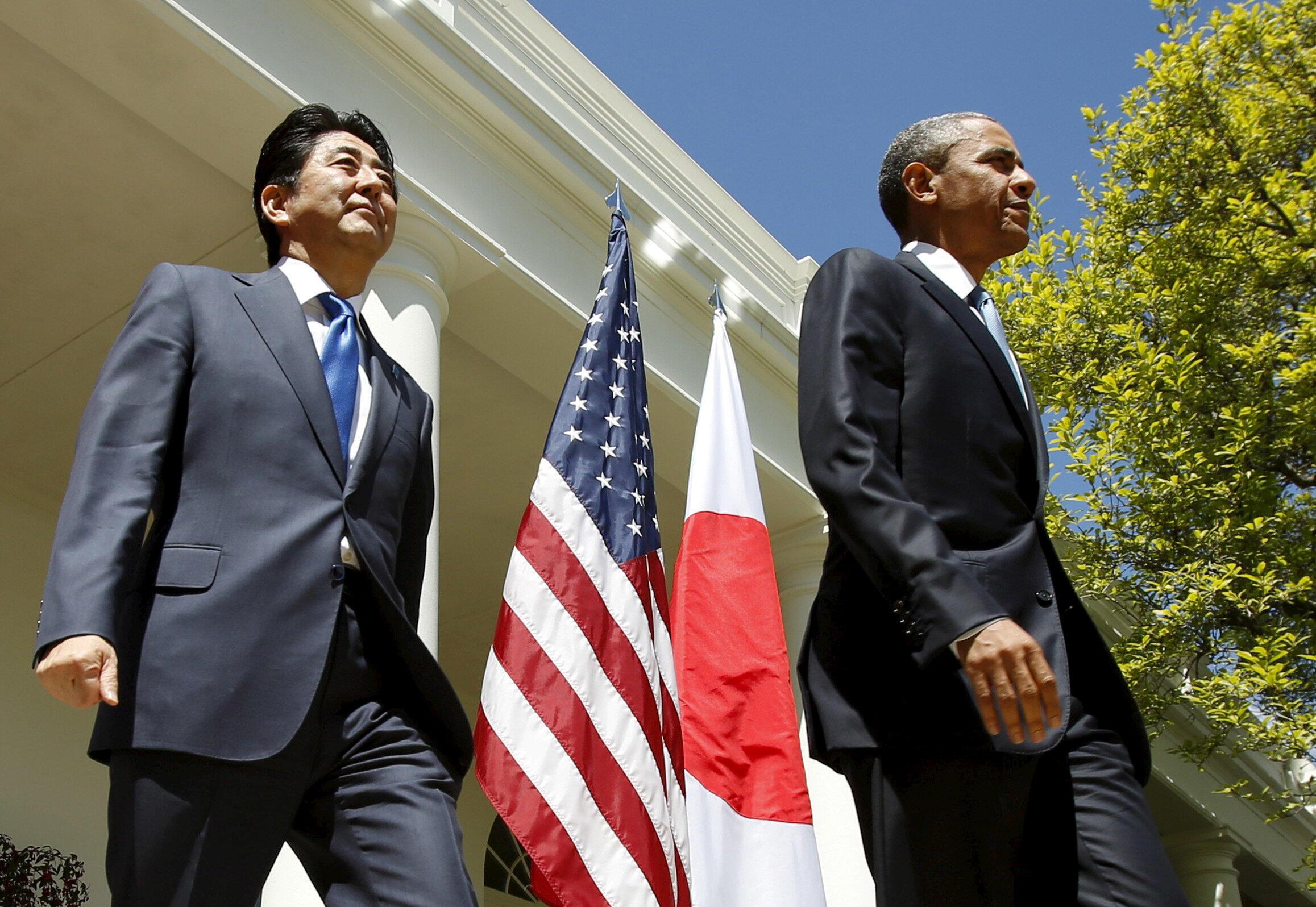 Премьер-министр Японии Синдзо Абэ (слева) и президент США Барак Обама на пресс-конференции в Вашингтоне, 28 апреля 2015 г.