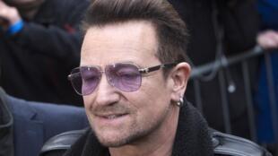 """Боно, лидер группы U2, прибыл на студию в Западном Лондоне для записи """"Do They Know It's Christmas?"""" ноябрь 2014"""