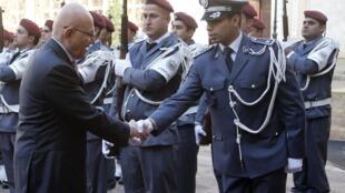 El nuevo primer ministro del Líbano, Tammam Salam (izquierda), pasa revista a su guardia durante la ceremonia oficial de toma de posesión del cargo, el 17 de febrero en Beirut.