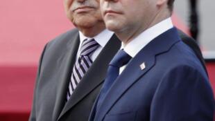 Le président russe Dmitri Medvedev (d) et le président palestinien Mahmoud Abbas à Jéricho, en Cisjordanie, le 18 janvier 2011.
