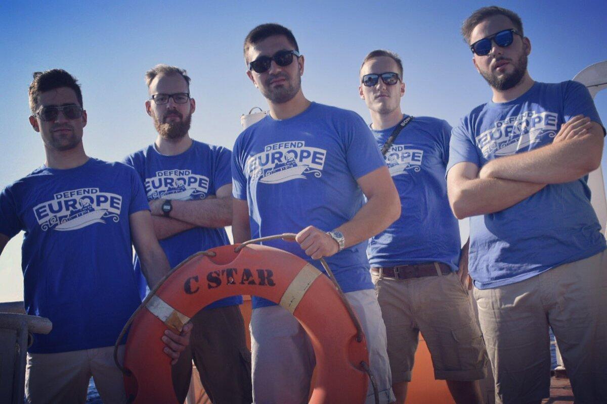 Militantes de extrema-direita a bordo do C-Star, o navio antimigrantes que patrulha as águas do Mediterrâneo.