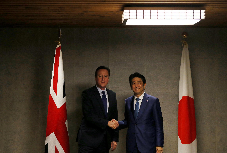 Thủ tướng Anh David Cameron (T) và đồng nhiệm Nhật Bản Shinzo Abe tại thượng đỉnh G7, Ise Shima, Nhật Bản.
