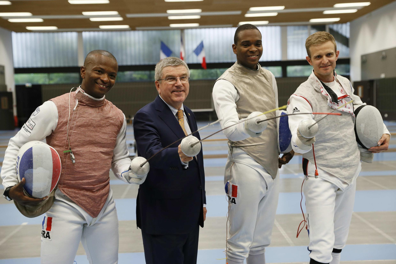 Thomas Bach, campeão olímpico de esgrima em 1976, é recebido por atletas que venceram na Rio 2016, Enzo Lefort, Jean-Paul Tony Helissey e Brice Guyart.