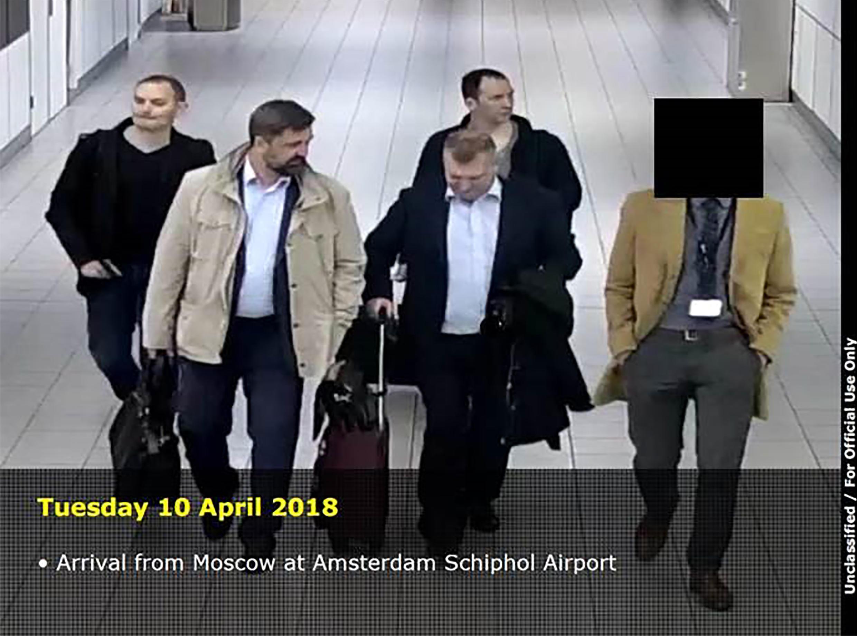 Ce document distribué par le ministère néerlandais de la Défense le 4 octobre 2018 montre que quatre hommes arrivant de Moscou à l'aéroport Schiphol d'Amsterdam le 10 avril 2018, alors que les Pays-Bas ont expulsé 4 agents présumés russes en avril.