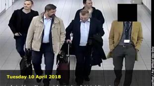 Documento distribuido por el Ministerio de Defensa holandés, este 4 de octubre de 2018, mostrando a 4 hombres llegando desde Moscú al aeropuerto de Schiphol, Ámsterdam, el 10 de abril de 2018.