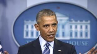 Le président américain Barack Obama s'exprimant au sujet du piratage informatique lors des élections présidentielles américaines pendant sa dernière conférence de presse de l'année à la Maison Blanche à Washington, le 16 décembre 2016.