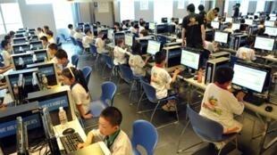 Crianças chinesas aprendem a trabalhar com computador durante aula em Pequim, em junho de 2010.  juin 2010.