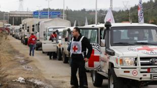 Un convoi du CICR à l'entrée de Madaya, en Syrie, le 11 janvier 2016.