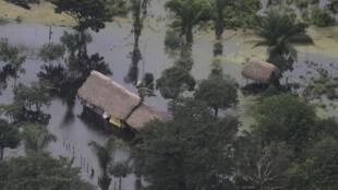 Vue aérienne d'une habitation bolivienne submergée par les eaux de pluie, le 6 février 2014.