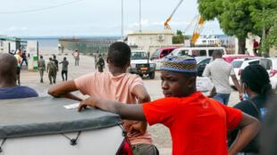 Habitantes de Pemba juntaram-se no porta da cidade para esperar deslocados que fogem de Palma.