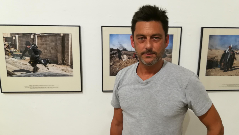 Alvaro Canovas devant ses photos exposées à Visa pour l'image.