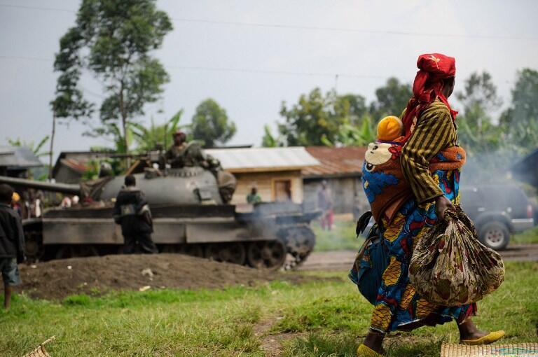 Une femme déplacée avec son enfant devant les FARDC au Nord-Kivu (juillet 2012).