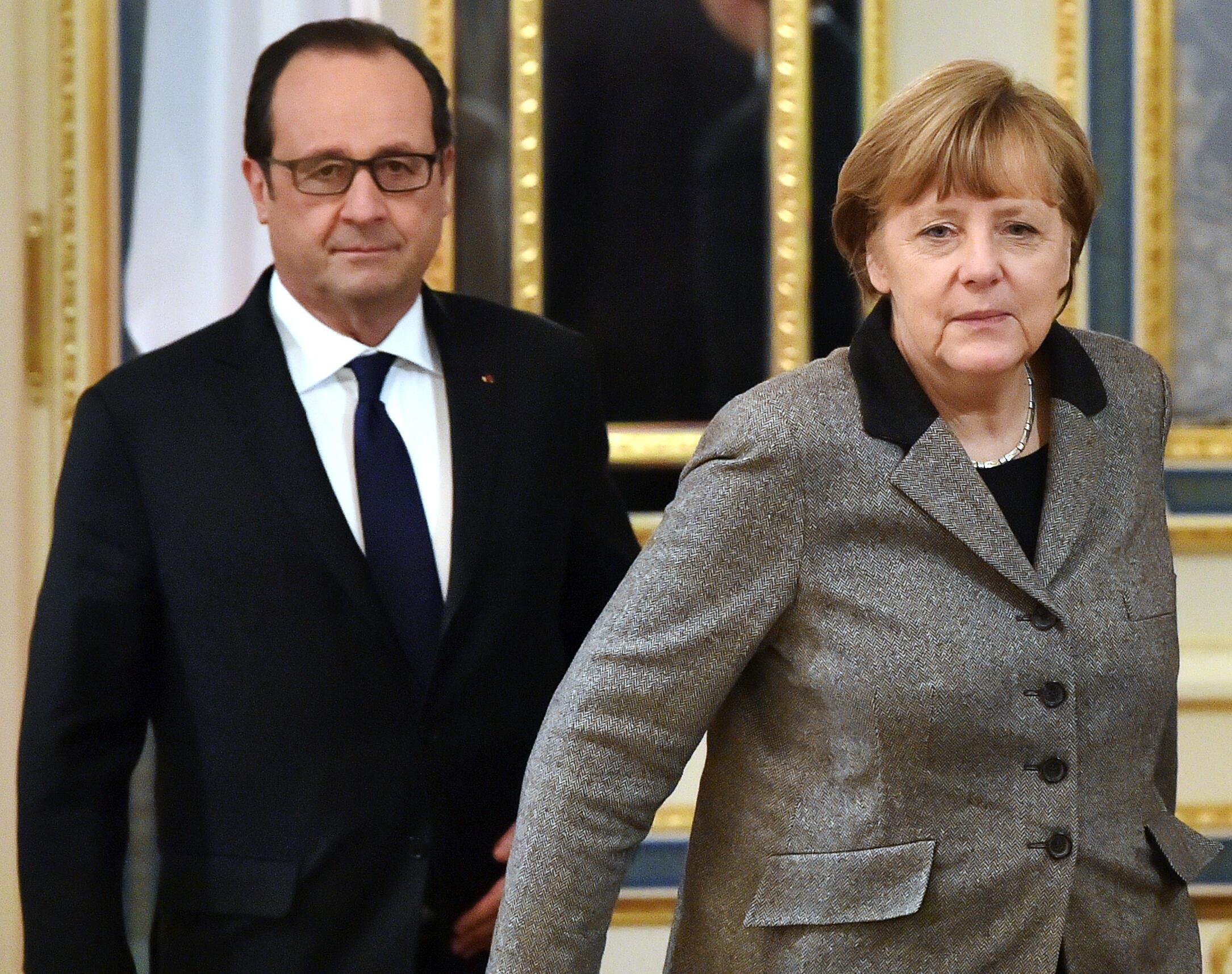 François Hollande e Angela Merkel fotografados em Moscou, no dia 5 de fevereiro de 2015, durante reunião sobre o conflito na Ucrânia.