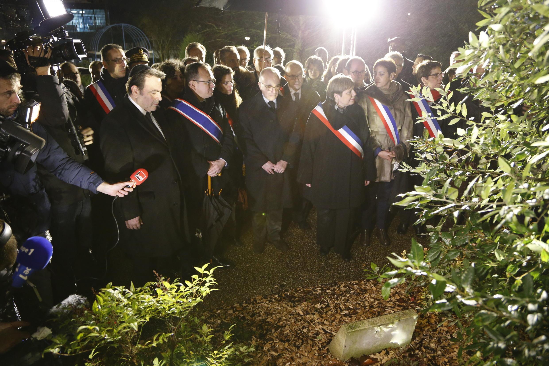 Памятная церемония в Банье с участием мэра города, министра внутренних дел Бернара Казнева и президента Центральной еврейской консистории Франции.