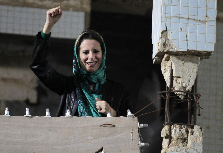 Aisha Kadafi arengando a los partidarios de su padre.