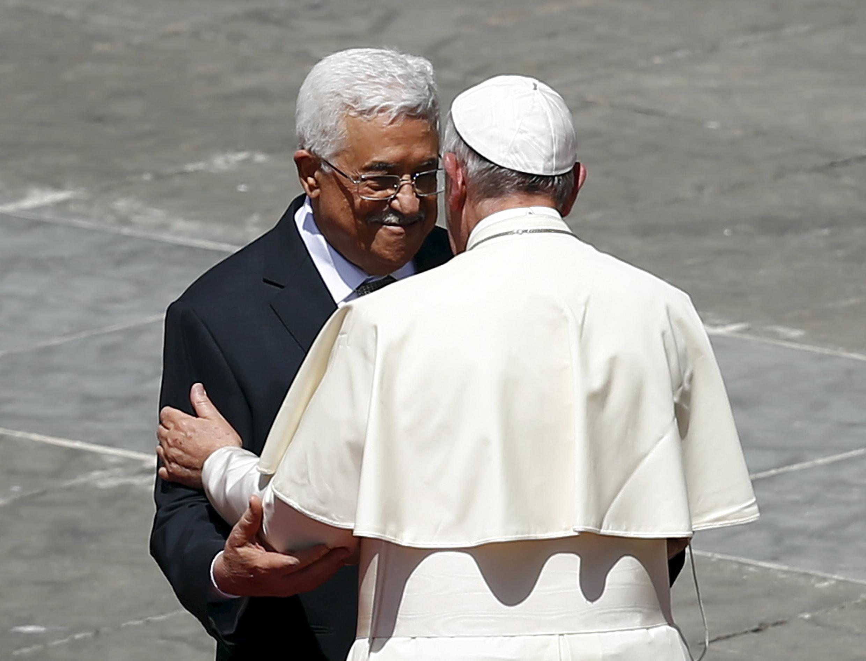 Le pape François embrasse Mahmoud Abbas à la fin de la cérémonie de canonisation de quatre religieuses, le 17 mai 2015 au Vatican.