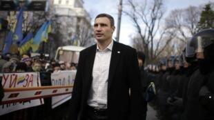 Le boxeur Vitali Klitchko, leader du parti UDAR, auprès des manifestants à l'extérieur du Parlement à Kiev, le 3 décembre 2013.