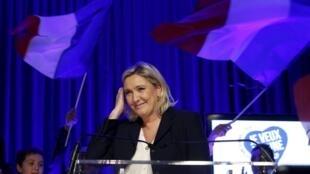 A candidata e líder política do partido de extrema-direita, Marine Le Pen, durante campanha para as eleições regionais no norte da França.