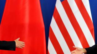 中美战略经济与对话,习近平与杰克卢握手