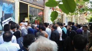 ازدحام مردم تهران در مقابل صرافیهای بعضاً بسته پس از تک نرخی شدن دلار