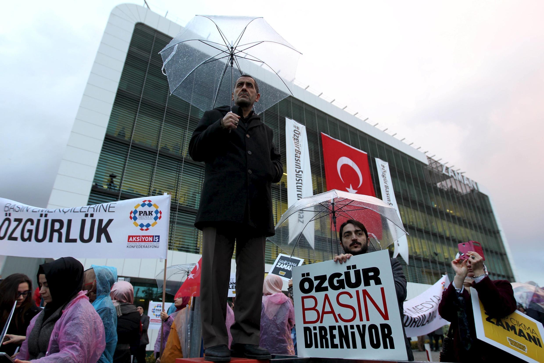 Manifestation de soutien devant les locaux de la rédaction du journal «Zaman», le 4 mars 2016 à Istanbul.