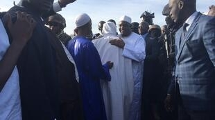 Le président gambien Adama Barrow à son arrivée à l'aéroport de Banjul, le 26 janvier 2017.
