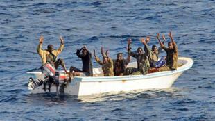 Piratas somalis presos, em Fevereiro 2009, no Golfo de Aden.