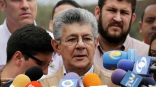 El jefe del Parlamento, Henry Ramos Allup contradice al líder opositor, Henrique Capriles, y propone continuar el diálogo con el gobierno de Nicolás Maduro.
