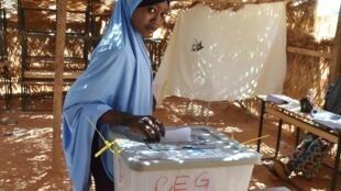Une électrice dépose son bulletin dans l'urne pour le second tour de la présidentielle tchadienne. Le 20 mars 2016, à Niamey. (Photo d'illustration)