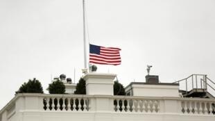 美国白宫降半旗哀悼曼德拉2013年12月6日