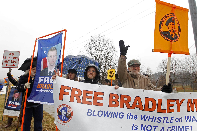 Defensores de Bradley Manning em frente ao Fort Meade onde o soldado está preso.