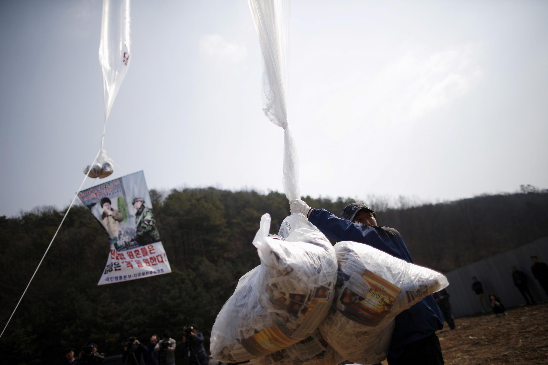 Corée du Sud - Corée du Nord - Park Sang Hak - ballon - tract
