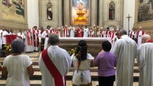 """Celebração da """"missa do envio"""" em homenagem aos representantes do Amazonas no Sínodo do Vaticano."""