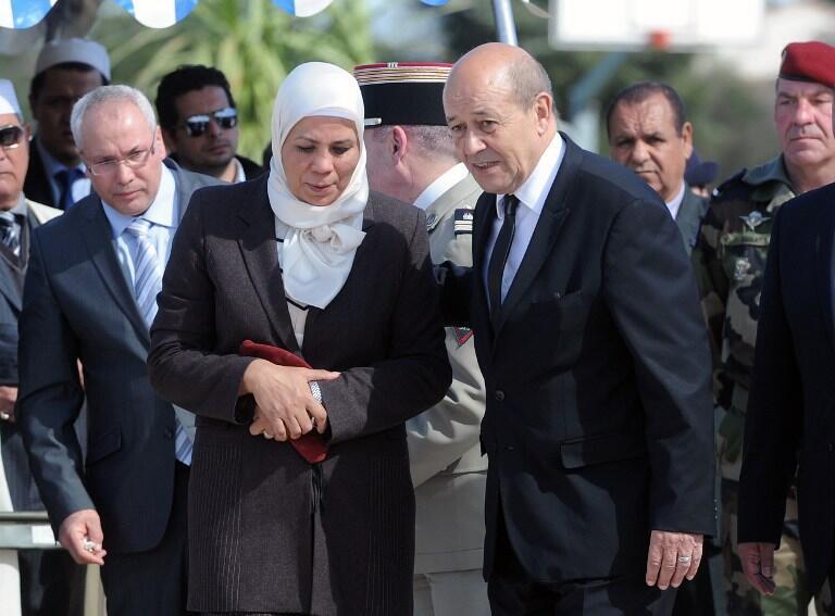 O ministro da Defesa Jean-Yves Le Drian ao lado da da mãe de Imad Ibn Ziaten, a primeira vítima de Merah.