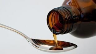 La acetilcisteína, presente en los jarabes para la tos,  ayuda a degradar las secreciones de mucosa y favorizar su expectoración.