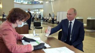 Владимир Путин голосует на избирательном участке в Москве.