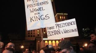 Một cuộc biểu tình của những người chống lại việc an táng cố tổng thống tại Wawel, nơi yên nghỉ của các vị vua và vĩ nhân Ba Lan.