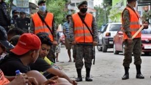 Poste frontière de Tecun Uman, entre le Guatemala et le Mexique, le 3 octobre : les migrants honduriens ont été bloqués par des patrouilles de soldats guatémaltèques et invités à monter dans des bus à destination du Honduras.