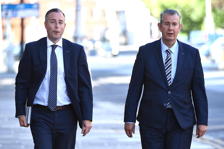 Edwin Poots (à droite) a désigné jeudi 17 juin, le député unioniste Paul Givan, 39 ans, (à gauche), un protestant fondamentaliste, au poste de Premier ministre d'Irlande du Nord.