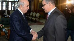 Presidente argelino Abdelmadjid Tebboune (E) recebe primeiro-ministro Abdelaziz Djerad após nomeação, em 28 de dezembro de 2019.