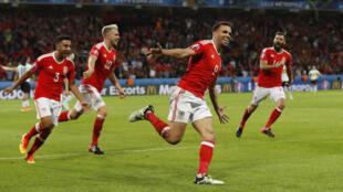 O atacante do País de Gales Hal Robson-Kanu (centro) marcou o segundo gol contra a Bélgica nesta sexta-feira (1°), nas quartas de final da Eurocopa 2016.