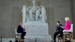 Tổng thống Mỹ Donald Trump trả lời đài truyền hình Fox News dưới tượng đài Abraham Lincoln, tại Washington. Ảnh ngày 03/05/2020.