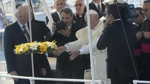 Папа Франциск во время церемонии памяти погибших мигрантов на Лампедузе 08/07/2013